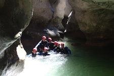 Petit toboggan en canyoning initiation dans le haut jabron proche des gorges du Verdon, de Cannes et Nice
