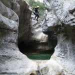 Saut en canyoning dans le Val d'Angouire près de Marseille à l'entrée des Gorges du Verdon