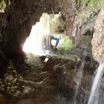 Grotte de tuf en canyoning dans le Val d'Angouire près de Marseille à l'entrée des Gorges du Verdon