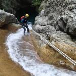 Descente en rappel d'une cascade du vallon de la Carleva en canyoning extrême près de Nice