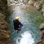 Saut d'une cascade du vallon de la Carleva en canyoning extrême près de Nice