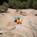 Escalade dans la 2e longueur (6b) de la grande voie Jeff dans le massif des aiguilles de Bavella en Corse