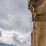 Escalade dans la 6e longueur (7a+/A0) de la grande voie Jeff dans le massif des aiguilles de Bavella en Corse