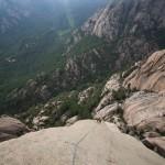 Escalade dans la 9e longueur (5b) dans le Dos de l'éléphant dans le massif des aiguilles de Bavella en Corse