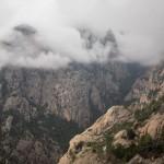 Paysage dans les nuages dans les aiguilles de Bavella en Corse