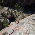 """Escalade dans la sixième longueur (6c) de la grande voie """"le Bonheur est dans le pré"""" dans les gorges du Tavignanu en Corse"""