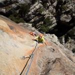 """Escalade dans la septième longueur (7a) de la grande voie """"le Bonheur est dans le pré"""" dans les gorges du Tavignanu en Corse"""