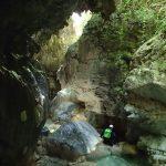 Passage en canyoning sous les concrétions juste avant la grotte de la clue de la Maglia