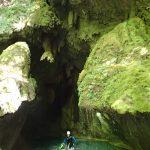 À la sortie de la grotte en canyoning dans la clue de la Maglia