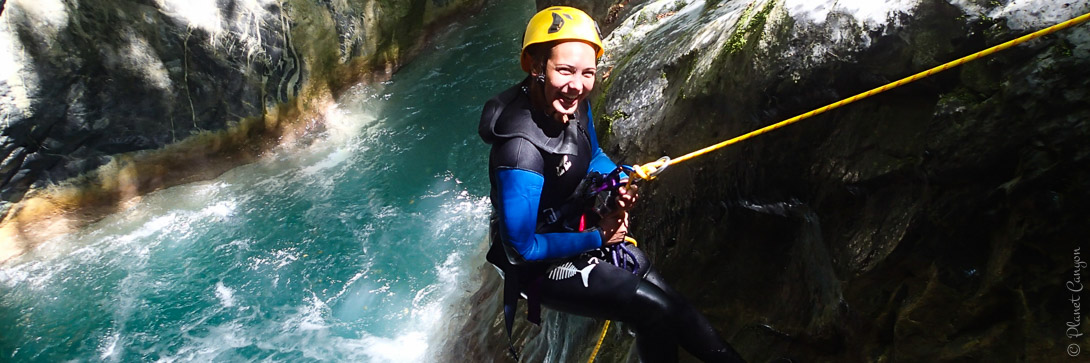 Rappel dans la Maglia en canyoning dans la vallée de la Roya près de Nice.