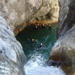 En bas du toboggan final en canyoning dans Cramassouri