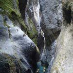 Nage en canyoning dans une étroiture de la Maglia